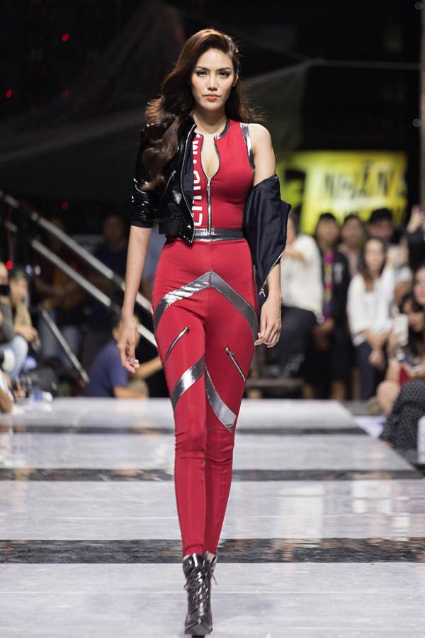 Tham gia show diễn lần này có siêu mẫu Lan Khuê. Người đẹp sải bước chuyên nghiệp trong bộ đồ thể thao bó sát.
