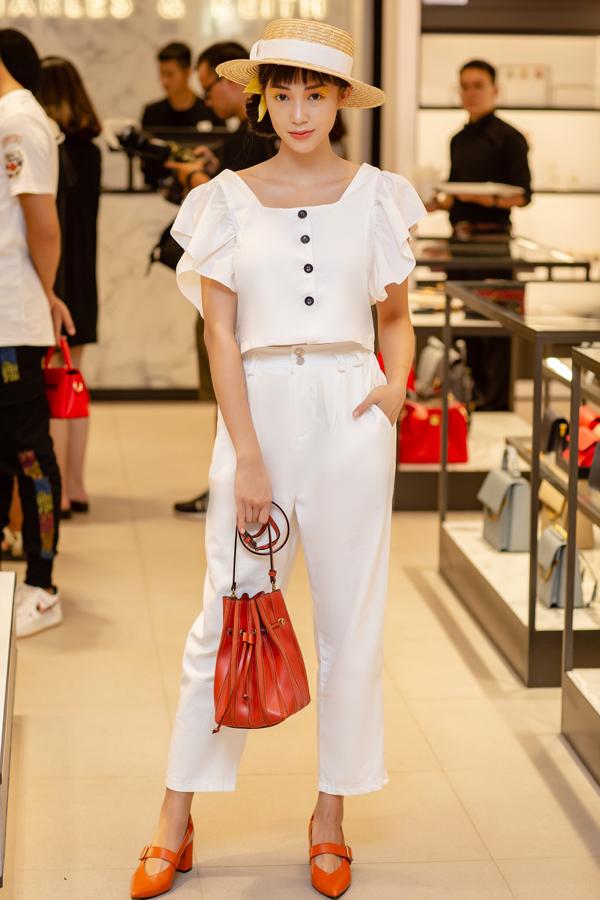 Hot girl Salim tạo dáng vớimẫu túi đeo chéo mới nhất thuộc BSTThu Đông 2018 của thương hiệu. Sử dụng phụ kiện tối giản nhưng mix-match linh hoạt giúp cô nàng nổi bật giữa đám đông.