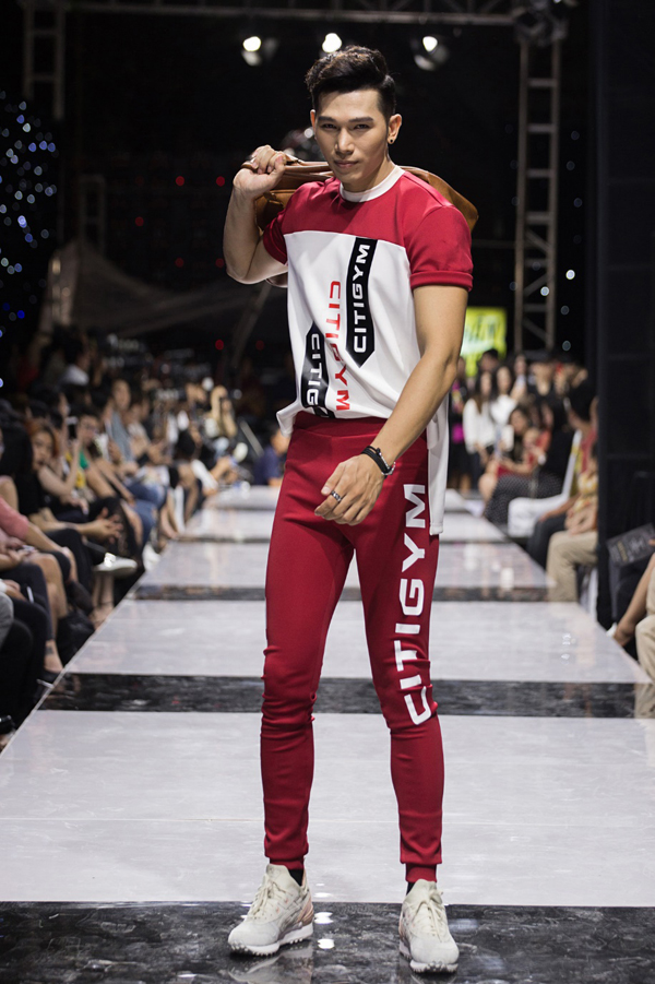 Với những trang phục dành cho nam, nhà thiết kế hướng tới phong cách khỏe khoắn, nam tính có chút nổi loạn và táo bạo.