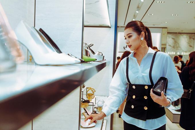 Đồng Ánh Quỳnh với set trang phục thể hiện cá tính mạnh mẽ và phong cách hiện đại. Cô nàng bị cuốn hút bởi nhiều phụ kiện thời thượngtại store.