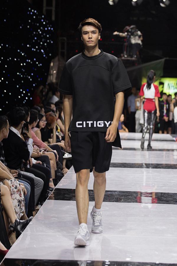 Những chàng trai yêu thích gam màu đen cá tínhcó thể lựa chọn bộ đồ ton sur ton kết hợp cùng sneaker màu trắng để tạo điểm nhấn.