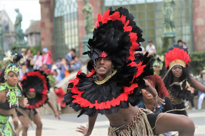 Carnaval Yến tiệc Vua Mặt Trời với những vũ điệu nóng bỏng và quyến rũ cũng là một trong những hoạt động hấp dẫn vào mùa hè này.