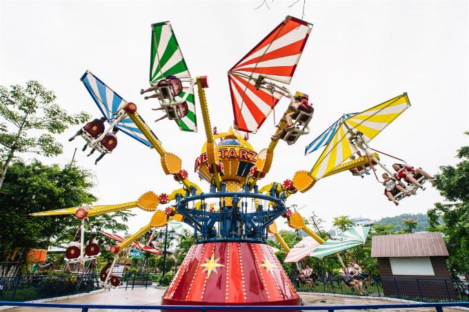 Ngoài ra, du khách có thể tới Sun World Ha Long Complex, đắm mình vào làn nước mát lạnh và các trò chơitại công viên nước Typhoon Water Park, công viên chủ đề Dragon Park lớn nhất Đông Nam Á&