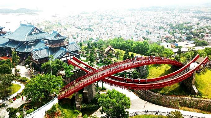 Cây cầu Koi độc đáo bắc ngang qua Vườn Nhật trên núi Ba Đèo.