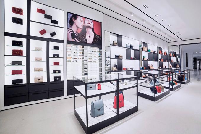 Sở hữu diện tích rộng lớn, các khu trưng bày của cửa hàng được sắp xếp phù hợp chủ đề, màu sắc và xu hướng theo từng bộ sưu tập của mỗi mùa, giúp khách hàng dễ dàng tìm được món đồ phụ kiện yêu thích.