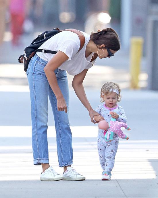 irina Shayk và công chúa nhỏ dạo chơi ở New York vào cuối tuần qua. Cô bé 15 tháng tuổi chập chững bước trên đường, tay cầm chặt con búp bê.