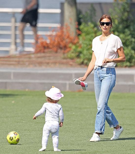 Siêu mẫu và con gái vào công viên chơi bóng.