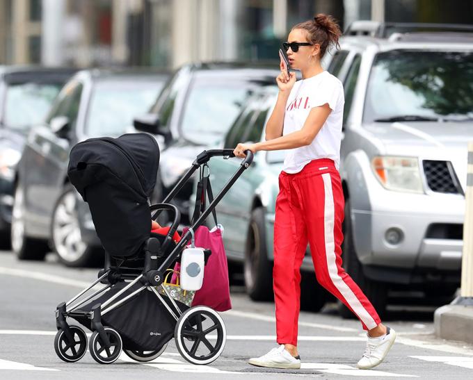 Vào buổi chiều, cô thay bộ đồ khác đưa nhóc tỳ đi mua sắm.