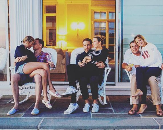 Vợ chồng Ryan Reynolds (ngồi giữa), phía bên trái là Taylor trong lòng tài tử Tom Hiddleston tại biệt thự của nữ ca sĩ tháng 7/2016.