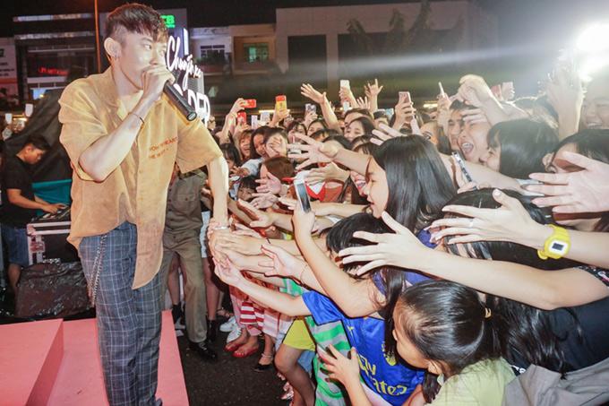 Ca sĩ Kay Trần hào hứng khi được các fan Bạc Liêu ủng hộ nhiệt tình. Hành trìnhChuyến xe sắc đẹp chở các nghệ sĩ sẽ tiếp tụcđến An Giang vào ngày 1 và 2/8.