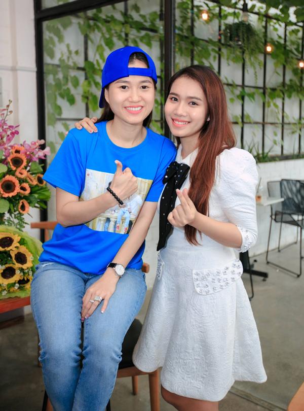 Diễn viên Mai Bảo Ngọc - vợ đạo diễn Võ Thanh Hòa làm MC dẫn dắt buổi họp fan của vợ chồng Lâm Vĩ Dạ.