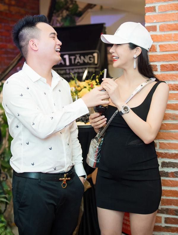 Diệp Lâm Anh hiện sống cùng gia đình chồng ở TP HCM. Nữ ca sĩ tiết lộ bố mẹ chồng rất yêu thương cô. Người đẹp dự định sau khi sinh con và sắp xếp mọi việc ổn địnhsẽ hoạt động nghệ thuật trở lại.