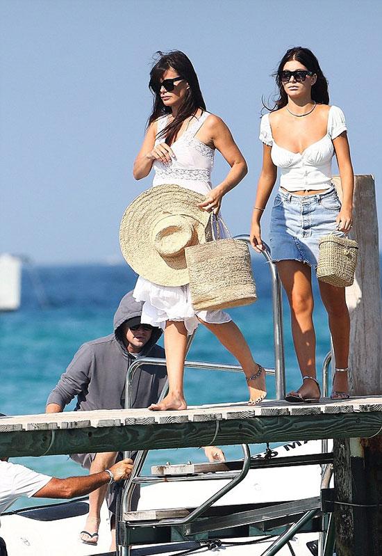 Bạn gái của Leo - người mẫu Camila Morrone (bên phải) đưa mẹ đi chơi cùng. Mẹ của cô là diễn viên Lucila Sola mới 42 tuổi, thậm chí còn ít hơn Leo 1 tuổi. Lucila đang hẹn hò ngôi sao gạo cội Al Pacino 78 tuổi.