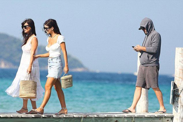 DiCaprio đã đưa bạn gái và mẹ vợ tương lai đi ăn trưa tại một nhà hàng nổi tiếng ở St Tropez. Sau đó họ cùng nhau lên du thuyền dạo biển.