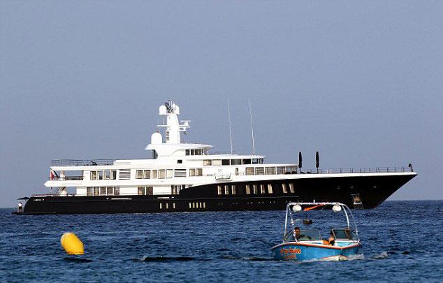 Chiếc du thuyền sang trọng đưa Leo và bạn gái đi hóng gió.