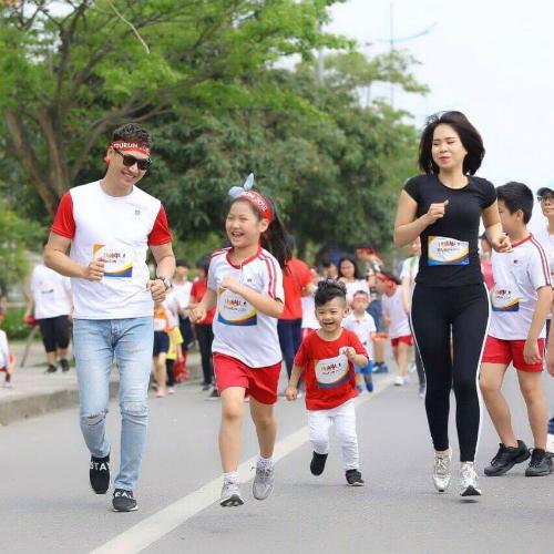 Diễn viên Mạnh Trường cùng bà xã và hai con thích thú khi tham gia cuộc thi chạy dành cho gia đình.