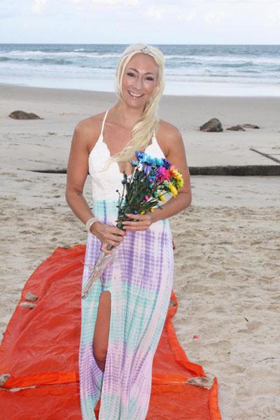 Linda Doktar hạnh phúc tự cưới chính mình trên bãi biển Gold Coast. Ảnh: MDW Features.