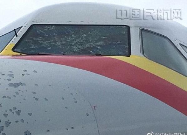 Máy bay phải hạ cánh khẩn cấp khi mới bay được nửa thời gian dự kiến. Ảnh: CAAC News.