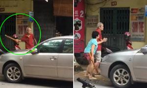 Cụ ông cầm gậy đập ôtô đỗ trước cửa nhà ở Hà Nội