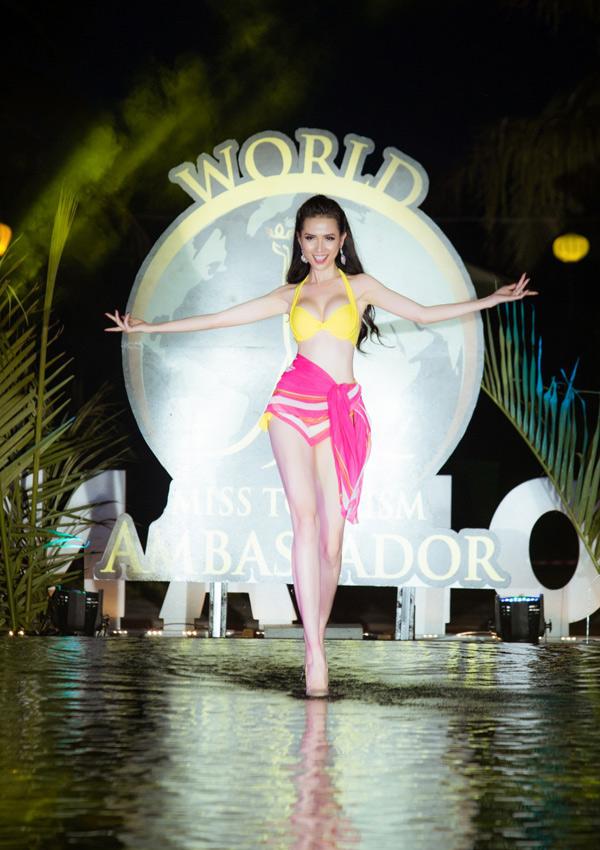 Ngoài bộ bikini đỏ, Phan Thị Mơ còn chuẩn bị một thiết kế gam vàng. Cô catwalk thoải mái trên mặt nước.