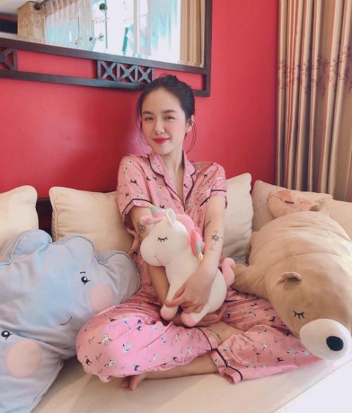 Ca sĩ Phương Ly (em gái Phương Linh) chia sẻ đi ngủ cũng phải mặc đồ thật xinh.