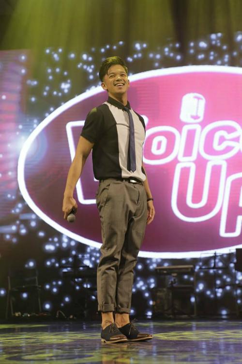 Trọng Hiếu Idolkhoe ảnh ăn mặc chỉnh tề khi làm giám khảo cuộc thi âm nhạc.