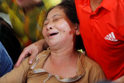 Người thân một nạn nhânở làng Lương Điền khóc nức nở khi đón nhận thi hài. Ảnh: Võ Thạnh
