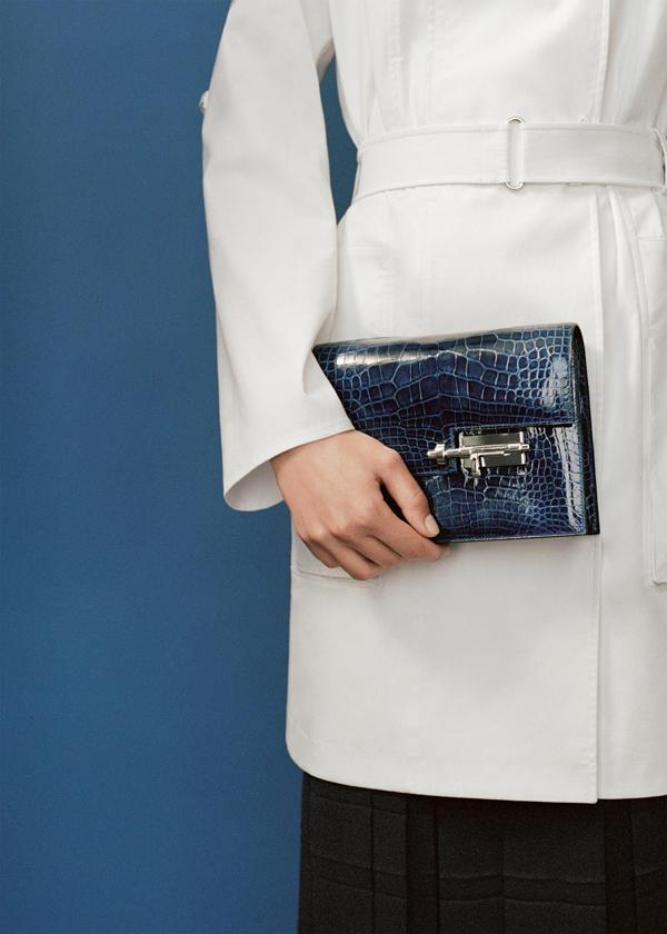 Thiết kế túi Verrou có phiên bản túi da bê với phần dây đeo vai da, túi da dê với dây đeo xích đồng và phiên bản giới hạn ví cầm tay chất liệu da cá sấu bóng màu xanh sapphire.