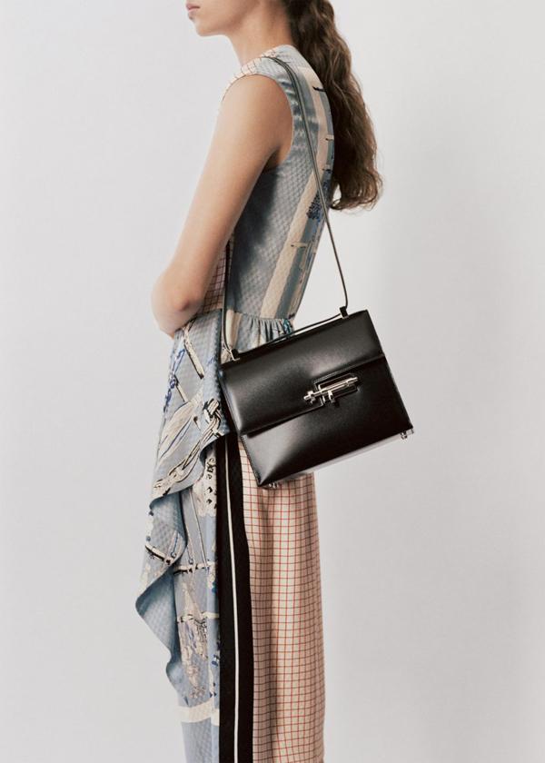 Túi Verrou: Thiết kế túi và ví cầm tay Verrou với phần khóa then cài đặc trưng là một trong những thiết kế xuất sắc củaRobert Dumas vào năm 1938. Robert Dumas cũng là người sáng tạo nên những họa tiết nổi loạn và phá cách trên chiếc khăn lụa Hermès trước đó.Túi Verrou mang phom dáng dạng hộp, nổi bật cùng chất liệu da bê và khóa then cài nữ tính - học tiết làm tăng vẻ quyến rũ, bí ẩn có phần tinh nghịch cho người dùng.