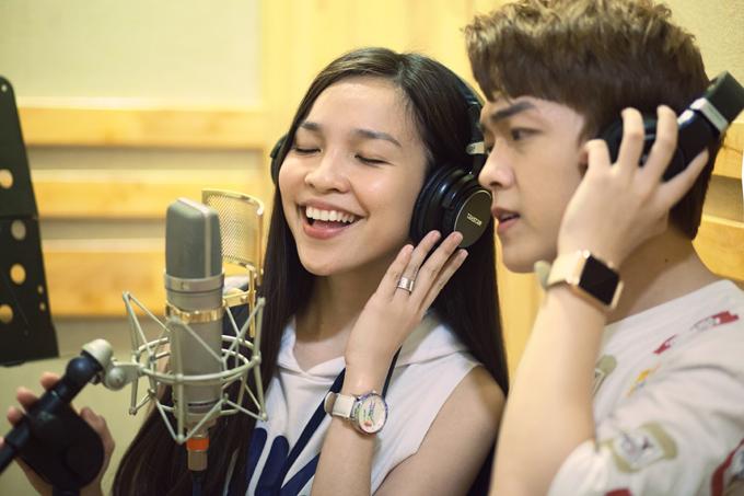 Sau hơn nửa năm im ắng, Hiền Thục đã trở lại với âm nhạc. Cô vừa có buổi thu âm ca khúc mới với hot boy bolero Khánh Hoàng.