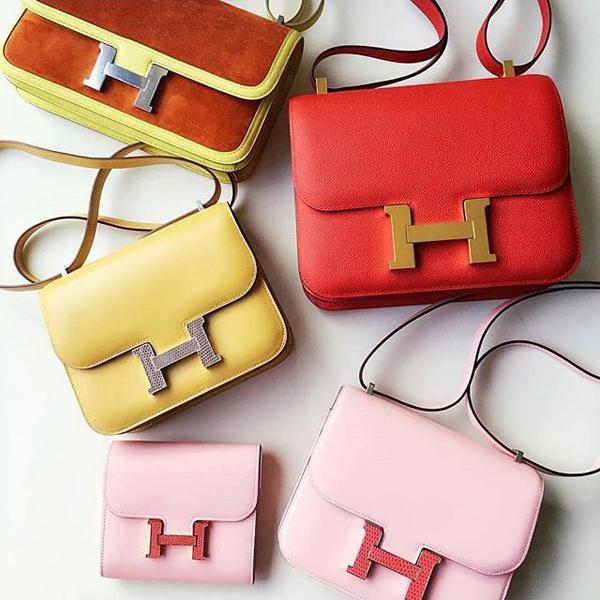 Điểm nhấncủa chiếc túilà phầntrung tâm với chữ H to bản. Thiết kế tối giản, không cầu kỳ cũng kỹ thuật thủ công tinh xảo của các nghệ nhân nhà Hermès khiến Constance dễ dàng chinh phục hàng triệu cô gái trẻ trên khắp thế giới.