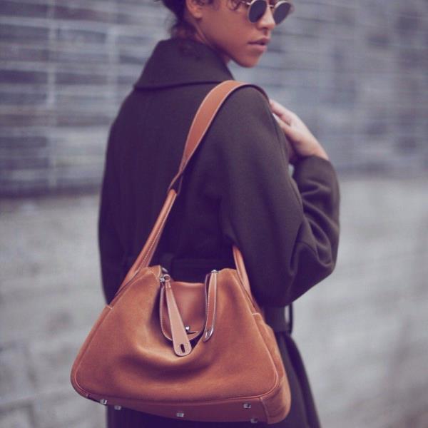 Giống như các thiết kế túi khác của Hermès, phái đẹp có nhiều lựa chọn về chất liệu và màu sắc với item này. Hai chất liệu da được sử dụng nhiều nhất cho Hermès Lindy là da Clemence và Swift.