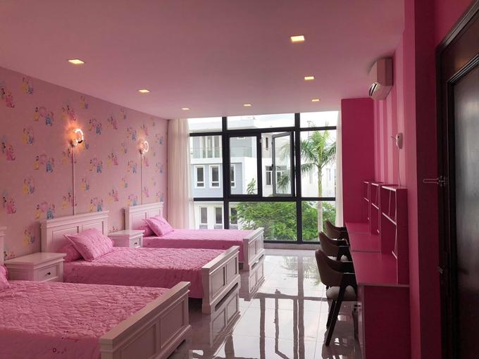 Vợ chồng giọng ca Tôi là tôi sơn phòng ngủ, góc học tập của Mộc Nhiên màu hồng để bé hào hứng mỗi khi ngồi vào bàn học.