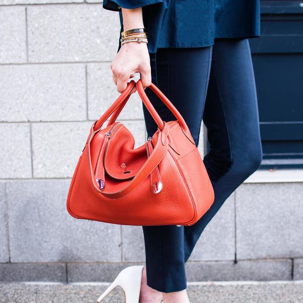Khi không đựng đồ vật ở bên trong, hình dáng túi uốn cong mềm mại phần giữa hai tay cầm của túi. Với không gian túi rộng rãi, Lindy là lựa chọn dànhcho những quý cô thường xuyên cần đựng nhiều đồ bên người. Túicó thể đeo chéo hoặc cầm tay một cách linh hoạt và biến hóa.