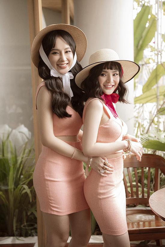 Angela Phương Trinh và Phương Trang với tạo hình trẻ trung, xinh xắn trong các mẫu váy ứng dụng dành cho mùa hè thu.