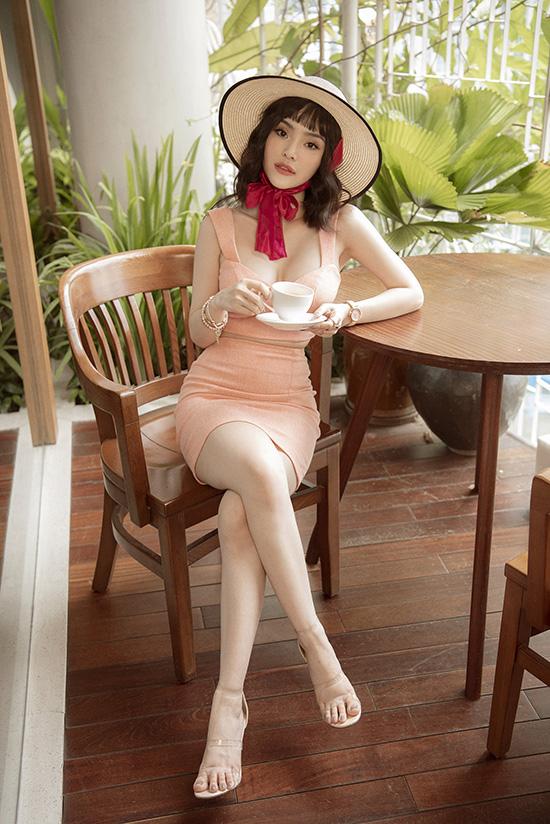 Cùng diện chân váy ôm, áo crop top cắt cúp ngực, Phương Trang thể hiện vẻ sexy không thua kém chị gái.