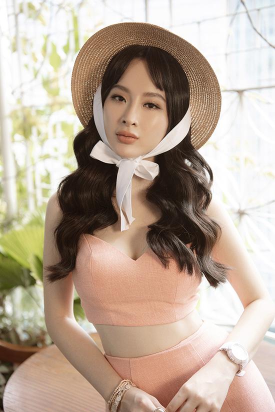 Đôi khi muốn mặc đồ theo sở thích nhưng tìm mua rất khó nên Phương Trang đãthử tìm tòi mua vải và tự thiết kế theo ý tưởng của mình, Phương Trinh nói về niềm yêu thích thời trang của em gái.