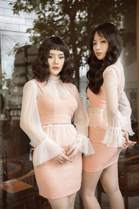 Cô nàng cũng cập nhật các hot trend như áo tay loe, áo tay phồng, trang phục vải trong suốt.