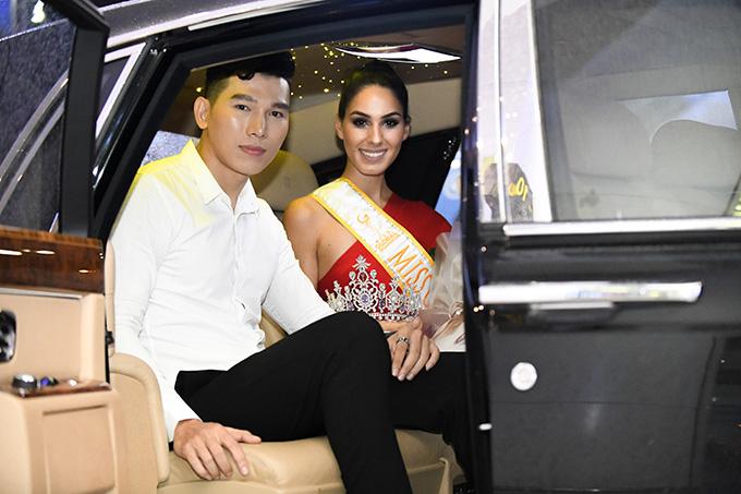 Nam vương Ngọc Tình và Hoa hậuBarbara Vitorelli lên xe sangvề trung tâm Hà Nội lúc nửa đêm. Hoa hậu cởi bỏ vương miện để tiện di chuyển.