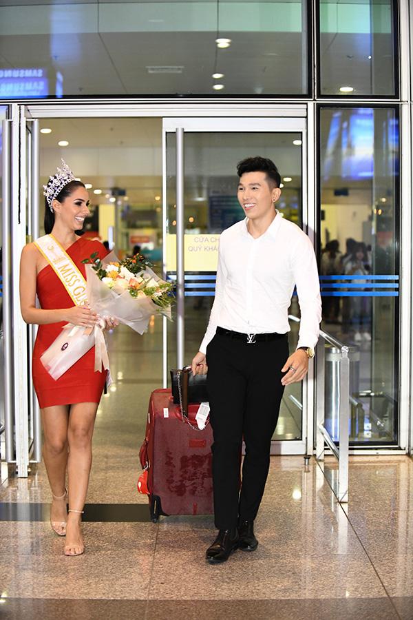 Người đẹp tếu táo chia sẻ: Ước gì mỗi khi xuống sân bay đều được một người đàn ông ga lăng, đẹp trai như thế này chờ đợi thì hạnh phúc biết mấy.