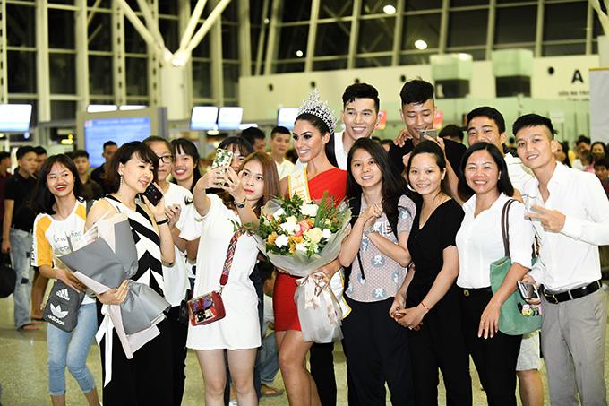 Hoa hậu Quốc tếBarbara Vitorelli được nhiều nhận ra và xin chụp ảnh cùng tại sân bay Nội Bài. Cô được ban tổ chức Miss Golobal ủy quyền đến Hà Nội để trao bản quyền tham dự cuộc thi tại Việt Nam.Miss Global là một trong những cuộc thi sắc đẹp uy tín nhất trên thế giới, được tổ chức với mục đích đoàn kết phụ nữ tất cả các quốc gia.
