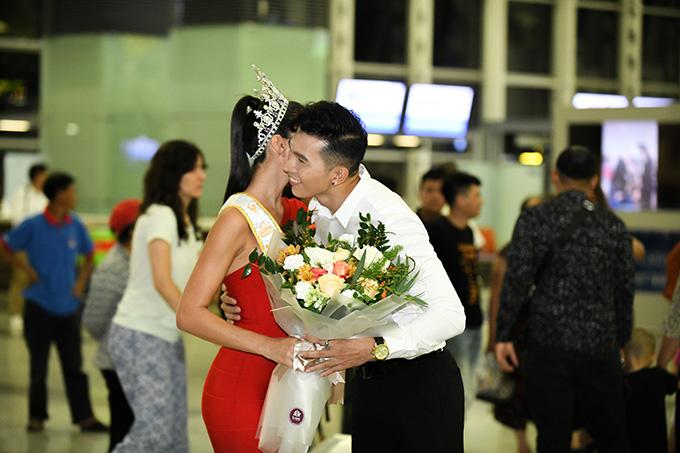 Cả hai không ngần ngại ôm eo, hôn má nhau khi hội ngộ. Sau khi đăng quangManhunt International 2017, Ngọc Tình có cơ hội tiếp xúc và làm việc với nhiều người đẹp nổi tiếng thế giới.