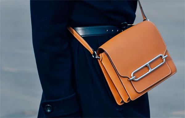 Túi Roulis:Được giới thiệu trong bộ sưu tập xuân hè2011, Roulis được coi là mẫu túi chị emcủa Constance. Mặt khóa phía trước túi được cách điệu từ biểu tượng khóa Chain dAncre đặc trưng của Hermès. Khóa Chain dAncre lấy cảm hứngtừ những dây xích mỏ neo -một trong những kiểu dáng phức tạp và mang tính biểu tượng của thương hiệu.
