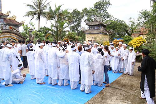Thôn Lương Điền chìm trong khăn tang trắng khi có 11 cái tang.Ảnh:Hà Thương