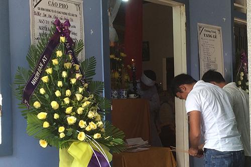 Người thân đến viếng các nạn nhân ở gia đình chú rể Nguyễn Khắc Long.Ảnh:Hà Thương