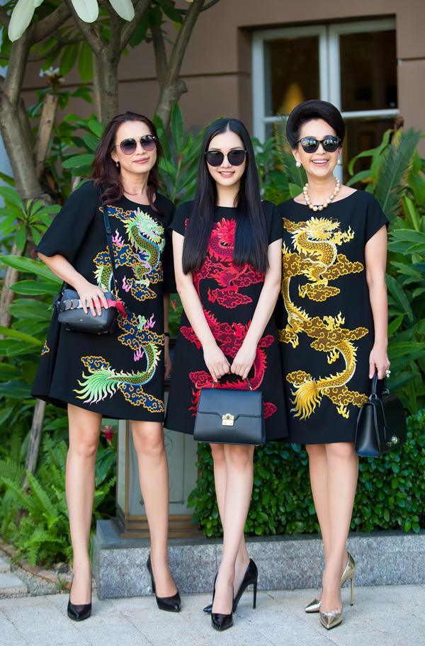 Cuộc hội ngộ của ba mỹ nhân thuộc ba thế hệ trên đường phố Sài Gòn với trang phục họa tiết rồng đa dạng màu sắc trở thành một bức tranh thời trang thú vị. Với cùng một kiểu váy, Đỗ Mạnh Cường đã mang đến diện mạo phù hợp ba lứa tuổi khác nhau.