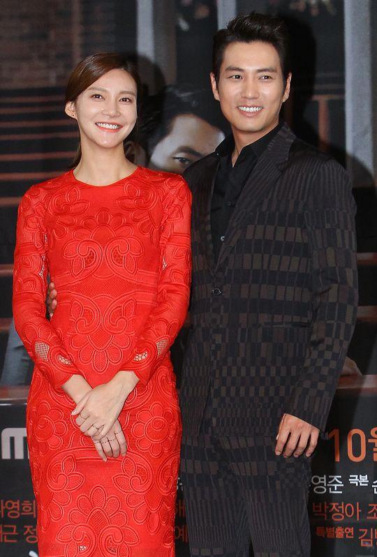 Cha Ye Ryun và Joo Sang Wook khi đi quảng bá phim Glamorous Temptation.
