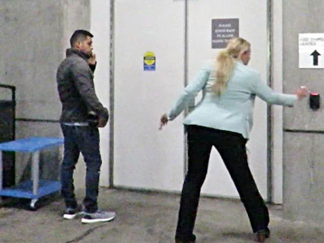 Wilmer Valderrama đến viện thăm Demi.