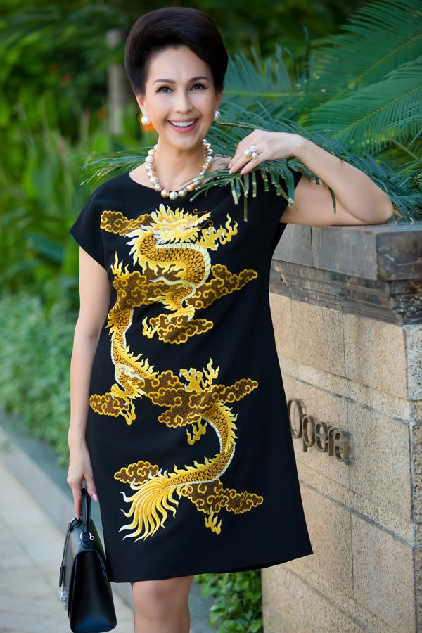 Diễn viên Diễm My diện đầm suông rộng với họa tiết rồng màu vàng truyền thống. Nữ hoàng ảnh lịch hơn Ngọc Khánh 14 tuổi. Chị vẫn giữ liên lạc với Hoa hậu Việt Nam 1998 trong nhiều năm qua. Cả hai từng hội ngộ tại show diễn năm 2015 của Đỗ Mạnh Cường ở Mỹ.