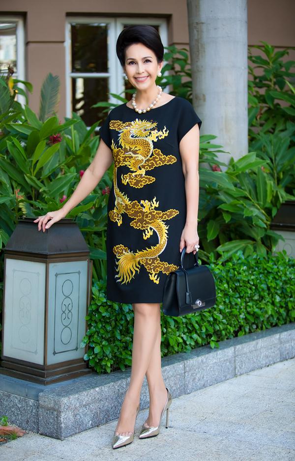 Trong khi túi xách được phối đồng điệu với màu nền của váy, giày cao gót ánh kim và vòng cổ ngọc trai to bản lại trở thành điểm nhấn nổi bật nhưng vẫn hài hòa tổng thể.